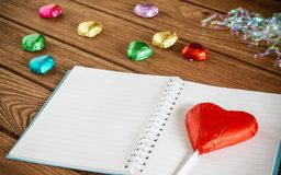 изображение взгляд сверху красочных шоколадов формы сердца с пустым пюре Стоковые Изображения RF
