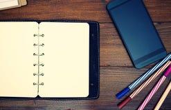 Изображение взгляд сверху открытой тетради кожи чистого листа бумаги с ручкой на деревянной предпосылке Стоковые Фото