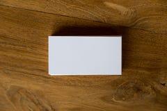 Изображение взгляд сверху стога визитной карточки на деревянном столе Стоковое Изображение