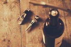 Изображение взгляд сверху бутылки красного вина и штопора Стоковые Изображения RF