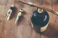 Изображение взгляд сверху бутылки красного вина и штопора Стоковая Фотография RF