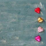 Изображение взгляд сверху красочных шоколадов формы сердца на предпосылке классн классного Концепция торжества дня валентинки Стоковое Изображение RF