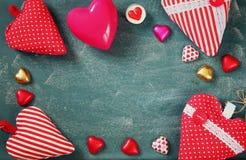 Изображение взгляд сверху красочных шоколадов формы сердца на предпосылке классн классного Концепция торжества дня валентинки Стоковое фото RF