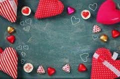 Изображение взгляд сверху красочных шоколадов формы сердца, сердец ткани на предпосылке классн классного Концепция торжества дня  Стоковые Фотографии RF