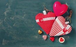 Изображение взгляд сверху красочных шоколадов формы сердца, сердец ткани на предпосылке классн классного Концепция торжества дня  Стоковые Фото