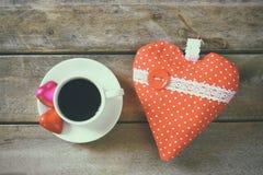 Изображение взгляд сверху красочных шоколадов формы сердца, сердца ткани и чашки кофе на деревянном столе Стоковые Изображения RF