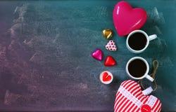 Изображение взгляд сверху красочных шоколадов формы сердца, сердце ткани и кружки пар кофе на предпосылке классн классного Стоковое Изображение RF