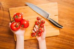 Изображение взгляд сверху рук на tableboard с держать овощей стоковое фото rf