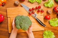 Изображение взгляд сверху рук на tableboard с держать овощей стоковые изображения rf