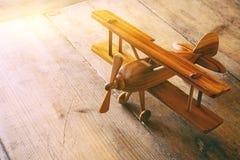 изображение винтажного старого самолета игрушки над старой таблицей Стоковое Изображение