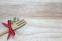 Изображение вилки с красной лентой с деревянной предпосылкой Стоковые Изображения