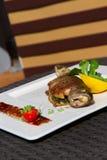 Изображение вкусных испеченных рыб на блюде Стоковая Фотография