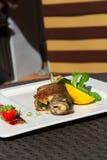 Изображение вкусных испеченных рыб на блюде Стоковое Изображение