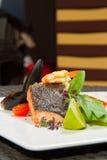 Изображение вкусных испеченных семг с креветкой и устрицей на блюде Стоковые Изображения RF