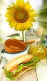 изображение вкусных сандвича, масла, плит и солнцецвета на зеленой предпосылке Стоковая Фотография RF