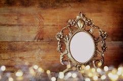 Изображение двойной экспозиции античных пустых викторианских светов рамки и золота стиля на деревянном столе изображение фильтров Стоковая Фотография