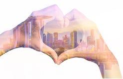 Изображение двойной экспозиции рук девушки в форме сердца влюбленности Стоковые Фотографии RF