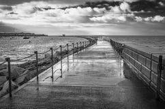 Изображение волнореза залива Herne черно-белое Стоковое Изображение