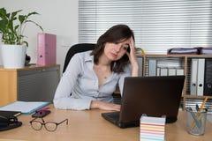 Изображение вымотанного работника офиса на столе Стоковое Фото