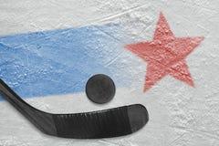 Изображение голубой линии с красной звездой на льде и ручке с шайбой стоковое фото