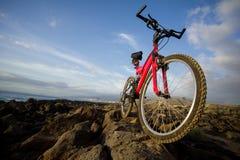 Изображение горного велосипеда на заходе солнца Стоковые Фотографии RF