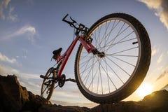 Изображение горного велосипеда на заходе солнца Стоковые Фото