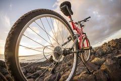 Изображение горного велосипеда на заходе солнца Стоковое Изображение RF