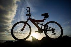 Изображение горного велосипеда на заходе солнца Стоковая Фотография