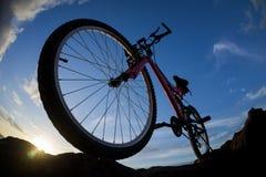 Изображение горного велосипеда на заходе солнца Стоковые Изображения