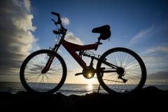 Изображение горного велосипеда на заходе солнца Стоковые Изображения RF