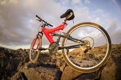 Изображение горного велосипеда на заходе солнца Стоковое Фото
