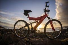 Изображение горного велосипеда на заходе солнца Стоковое фото RF
