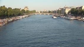 Изображение города Парижа с Рекой Сена и плавание шлюпок туристов на водотоке