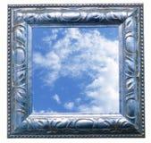 Изображение голубого неба с облаками в старом багете стоковая фотография rf