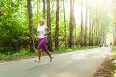 Изображение девушки спорт jogging на дороге стоковая фотография