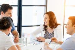 Изображение деловых партнеров обсуждая документы и идеи стоковая фотография