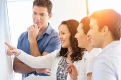 Изображение деловых партнеров обсуждая документы и идеи стоковое фото