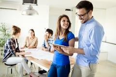 Изображение деловых партнеров обсуждая документы и идеи Стоковые Изображения