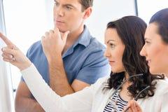 Изображение деловых партнеров обсуждая документы и идеи стоковое изображение