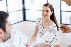 Изображение деловых партнеров обсуждая документы и идеи стоковые фото