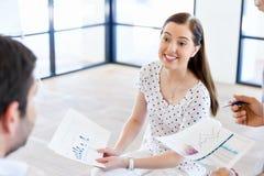 Изображение деловых партнеров обсуждая документы и идеи стоковая фотография rf
