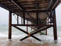 Изображение деревянного моста, плавая шлюпки на seashore Стоковая Фотография RF
