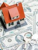 Изображение дома игрушки на долларах и ключе Стоковая Фотография