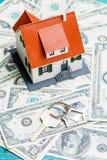 Изображение дома игрушки на долларах и ключе Стоковое Фото