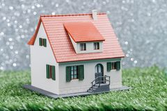 Изображение дома игрушки на зеленой траве Стоковые Фотографии RF