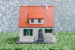 Изображение дома игрушки на зеленой траве Стоковые Изображения