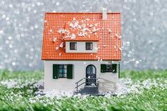Изображение дома игрушки на зеленой траве Стоковая Фотография RF