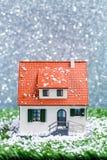 Изображение дома игрушки с падая снегом Стоковые Фото