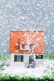 Изображение дома игрушки с падая снегом Стоковое Изображение RF