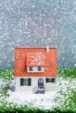 Изображение дома игрушки с падая снегом Стоковое Изображение